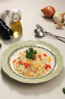 Наси горенг или жареный рис с красной и желтой паприкой