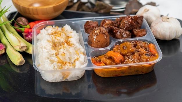 Наси гудег или рис гудег - это традиционная индонезийская еда для коммерческой упаковки.