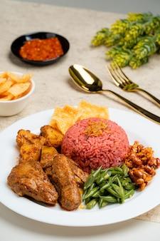 Наси лемак с рисом драконий фрукт подается с куриным рендангом и острым соусом самбал