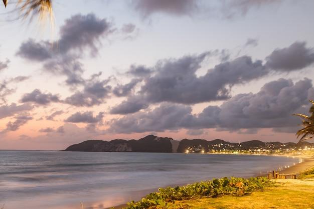 Натал, риу-гранди-ду-норти, бразилия - 12 марта 2021 года: красивый аэрофотоснимок «морро-ду-карека» в натале, риу-гранди-ду-норти, бразилия. рассвет на пляже Premium Фотографии