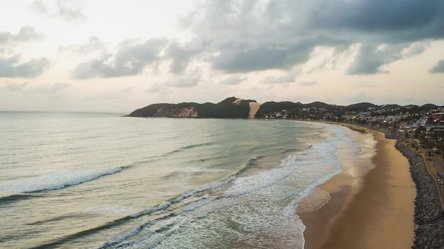 Натал, риу-гранди-ду-норти, бразилия - 12 марта 2021 года: красивый аэрофотоснимок «морро-ду-карека» в натале, риу-гранди-ду-норти, бразилия. рассвет на пляже