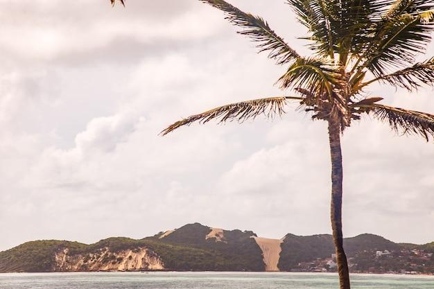 Натал, риу-гранди-ду-норти, бразилия - 12 марта 2021 года: красивый аэрофотоснимок «морро-ду-карека» в натале, риу-гранди-ду-норти, бразилия. восход солнца на пляже морро-ду-лысый в р-н натал
