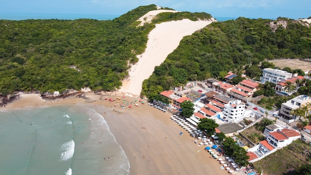 Натал, риу-гранди-ду-норти, бразилия - 12 марта 2021 года: красивый аэрофотоснимок «морро-ду-карека» в натале, риу-гранди-ду-норти, бразилия.