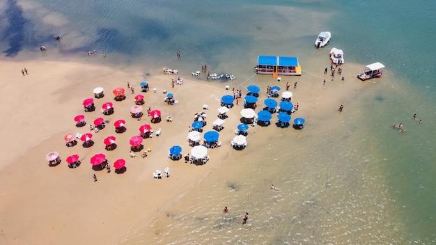 Натал, риу-гранди-ду-норти, бразилия - 12 марта 2021 года: лагоа-де-гуарарас в тибау-ду-сул Premium Фотографии