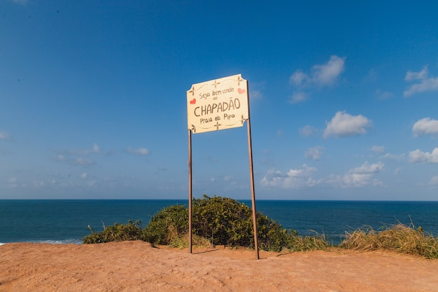 Natal, rio grande do norte, brazil - 2021년 3월 12일: 포르투갈어로 'welcome to chapadã £o praia da pipa'라고 쓰여진 pipa 해변 식별 판