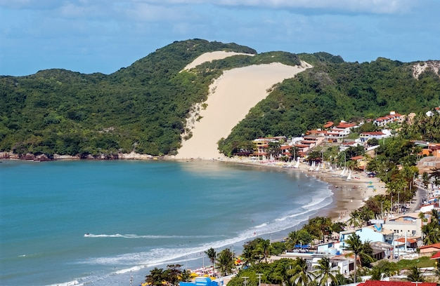 Натал, риу-гранди-ду-норти, бразилия. пляж понта-негра и морро-ду-карека.