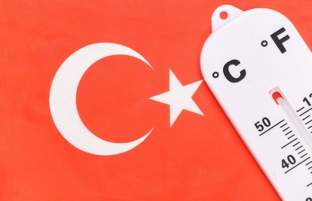 Национальный контроль температуры окружающей среды. термометр погоды на фоне турецкого флага. концепция глобального потепления