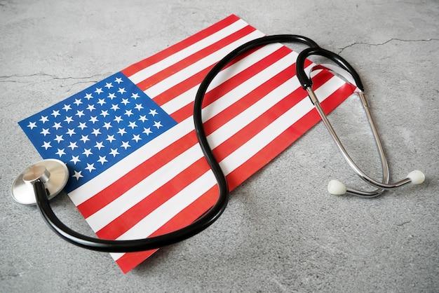 Национальный американский флаг и стетоскоп
