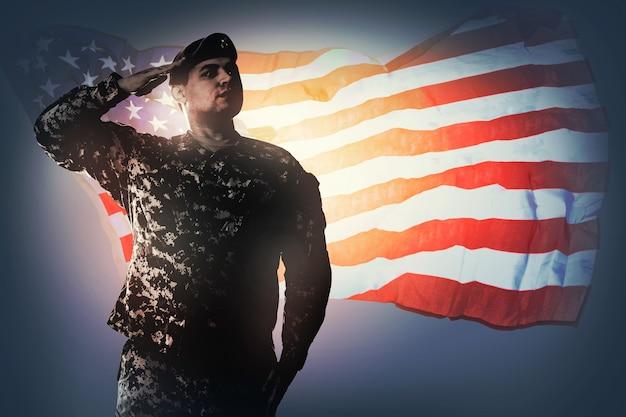 국가는 보편적인 위장 패턴의 육군 레인저로 연주됩니다. 제복은 관심을 받고 자랑스럽게 경례하고 있습니다. 그의 국가 개념에 대한 서비스 국경일 재향 군인의 날