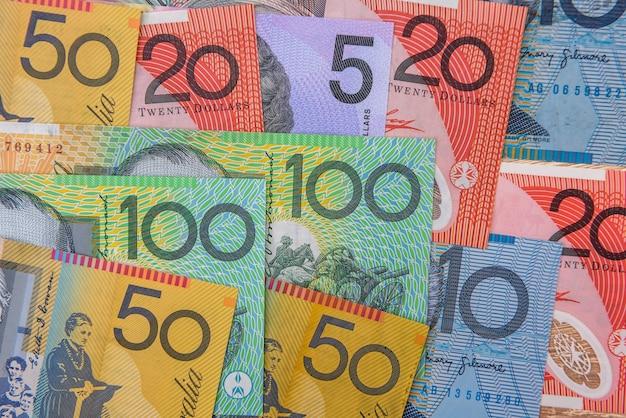 국가 통화. 나무 테이블에 화려한 호주 달러 지폐를 닫습니다.
