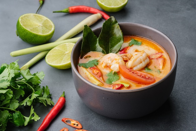 Национальное блюдо лаоса и таиланда остро-кислый суп с креветками том ям