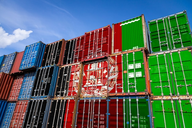 Государственный флаг афганистана на большом количестве металлических контейнеров для хранения товаров, уложенных рядами