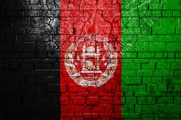 Национальный флаг афганистана на кирпичной стене