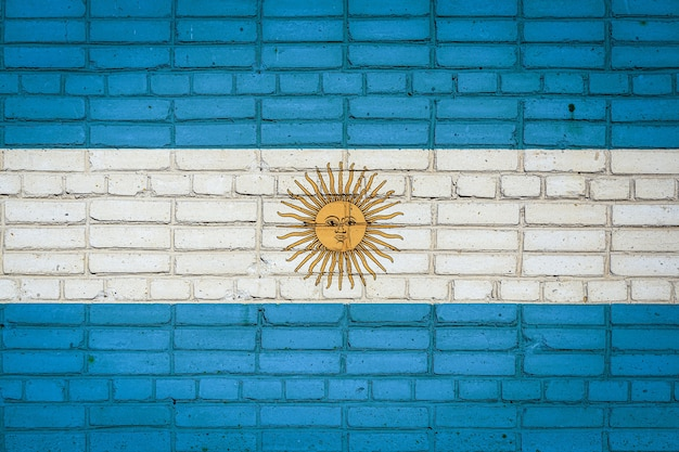 Национальный флаг аргентины, изображающий на старой кирпичной стене