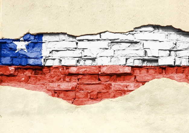 レンガの背景にチリの国旗。部分的に破壊された漆喰、背景またはテクスチャのレンガの壁。