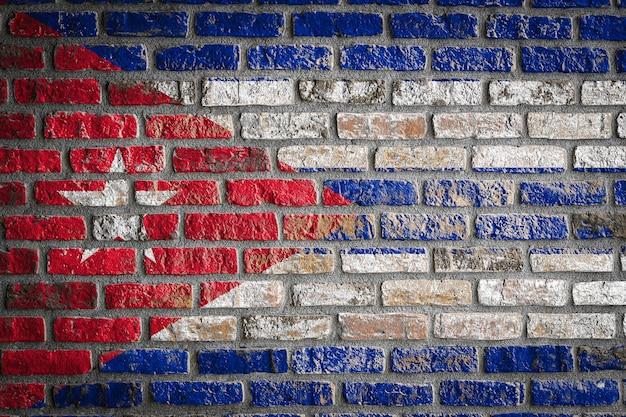 오래 된 벽돌 벽에 쿠바의 국기