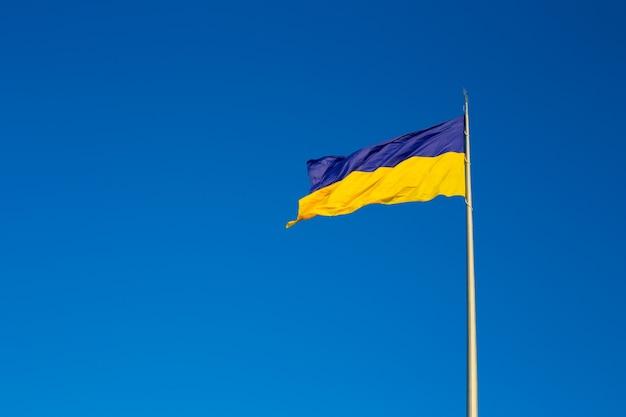 Государственный флаг независимой украины развевается на ветру