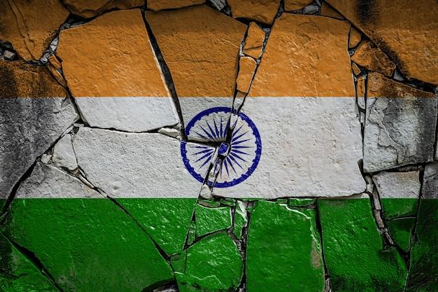 古い石造りの壁にインドの国旗