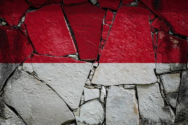 오래 된 돌 벽에 인도네시아의 국기