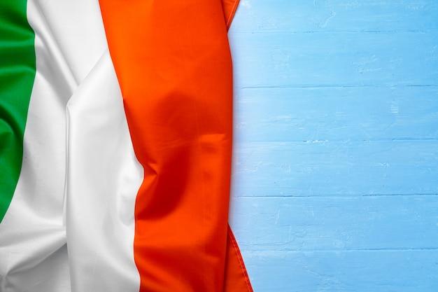 Национальный флаг италии на деревянных, копией пространства