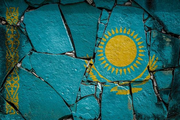 Государственный флаг казахстана, изображающий краской на старой каменной стене.