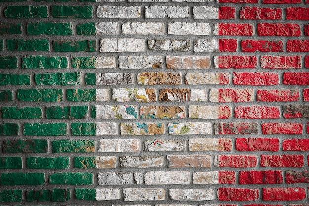 Национальный флаг мексики на старой кирпичной стене