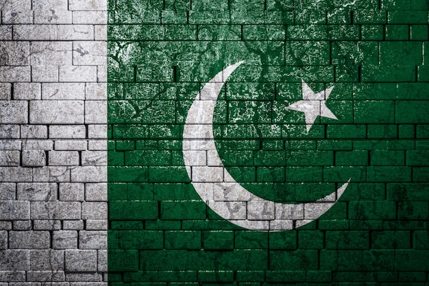 レンガ壁の背景にパキスタンの国旗。