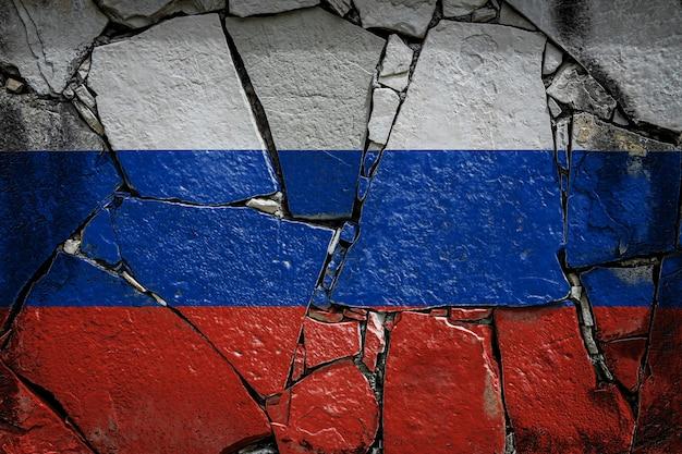 Государственный флаг россии, изображающий краской на старой каменной стене. флаг баннер на фоне сломанной стены.