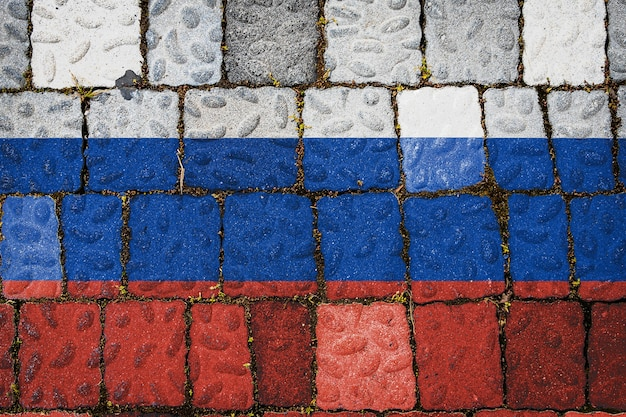 石の壁の背景にロシアの国旗。石のテクスチャの背景に旗バナー。