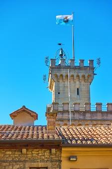 산마리노 시청(palazzo pubblico) 꼭대기에 있는 산마리노 국기
