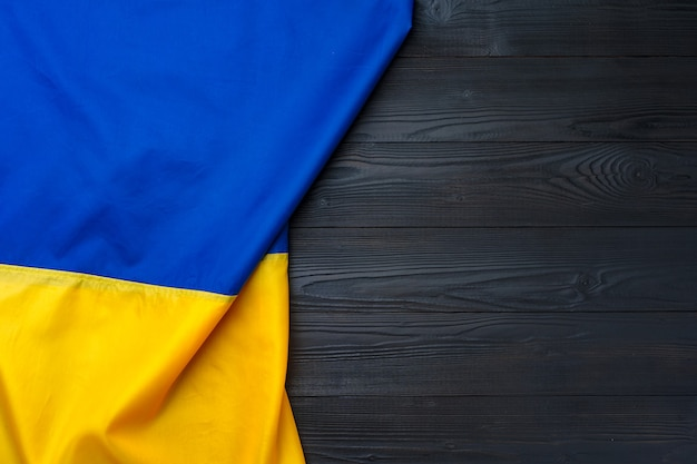 Государственный флаг украины на темном деревянном