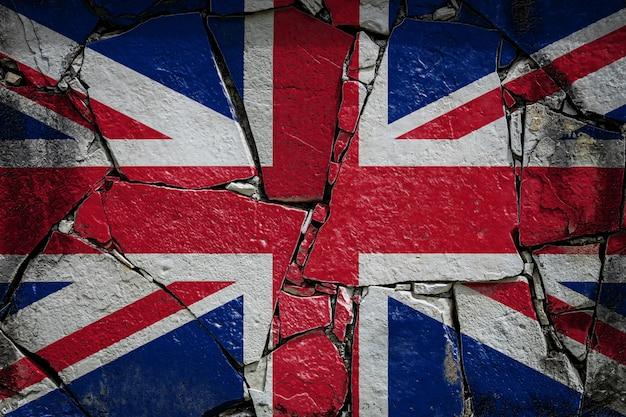 古い石の壁にペンキの色で描かれているイギリスの国旗
