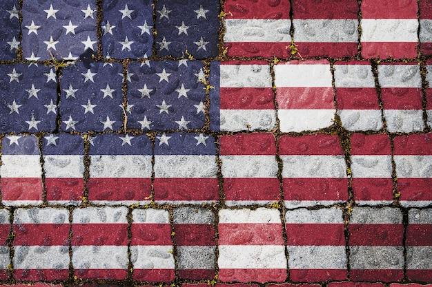 石の壁の背景にアメリカの国旗。石のテクスチャの背景にフラグ。