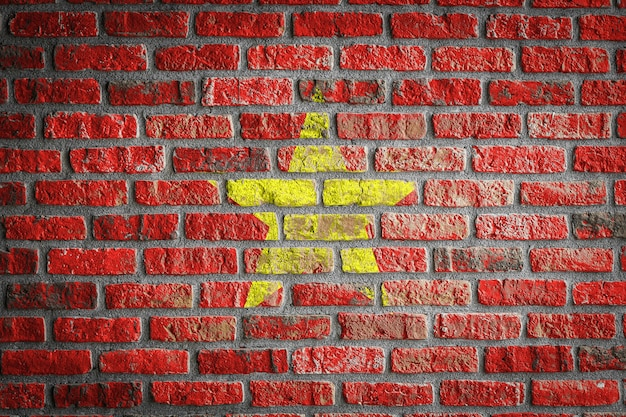 오래 된 벽돌 벽에 베트남의 국기
