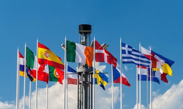 Национальные флаги стран европы на европейской площади в киеве