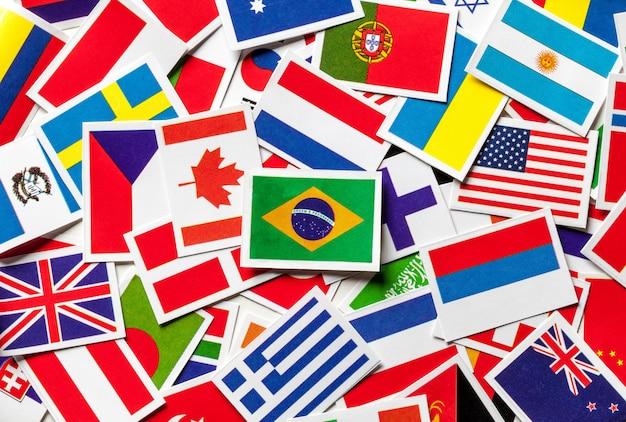 Национальные флаги разных стран мира в разбросанной куче. бразильский флаг в центре.