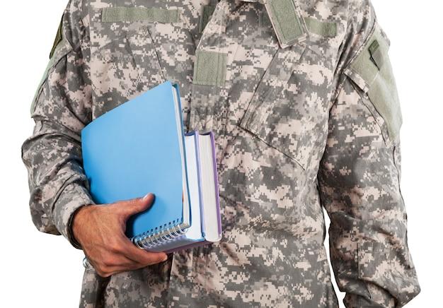 배경에 고립 된 노트북으로 국가 군대 남자