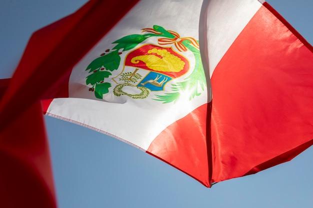 Bandiera nazionale del perù nel vento
