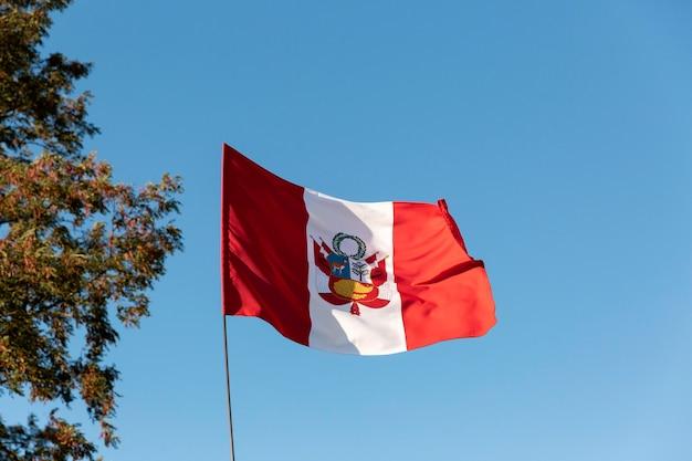 Bandiera nazionale del perù in seta all'aperto