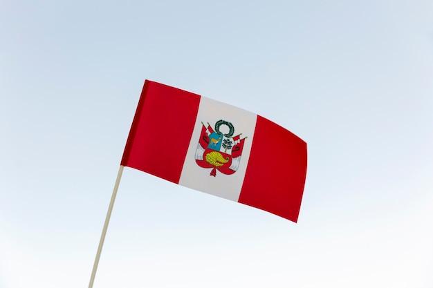 Национальный шелковый флаг перу на открытом воздухе