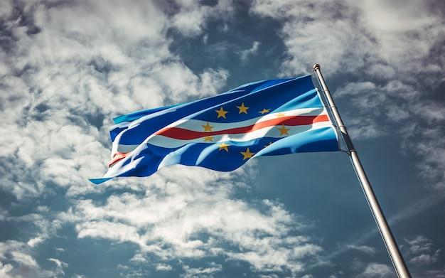 Национальный государственный флаг кабо-верде развевается в небе