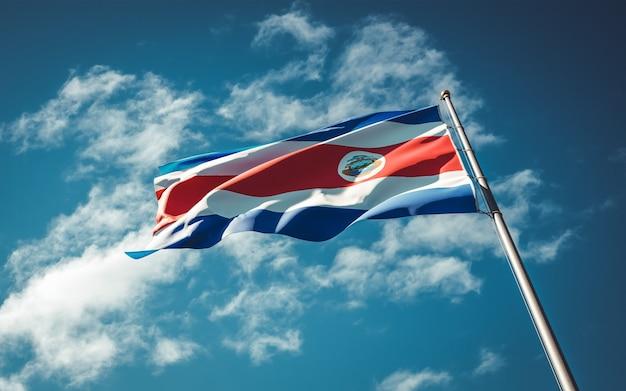 Развевается национальный государственный флаг коста-рики