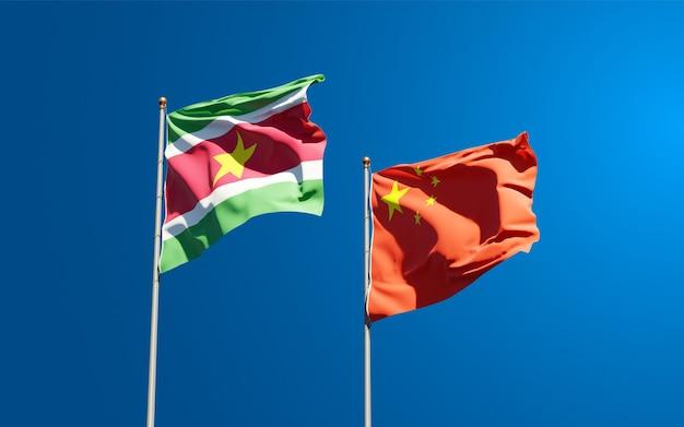 スリナムと中国の国家旗を一緒に