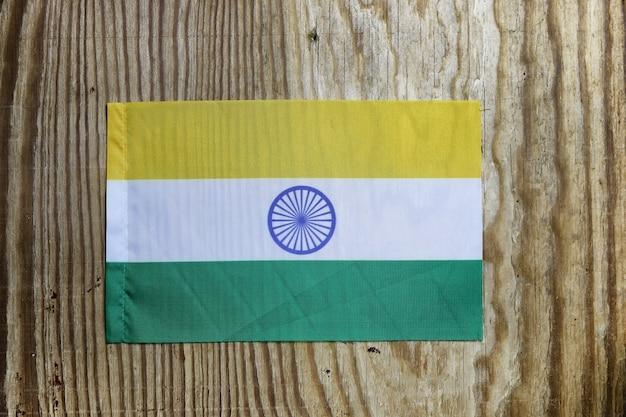 Национальный текстильный флаг на деревянном столе
