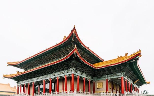 대만 타이페이의 여행 목적지 인 장개석 기념관 국립 대만 민주주의 광장에서 오른쪽에 정문 옆에있는 대만 국립 극장 홀.