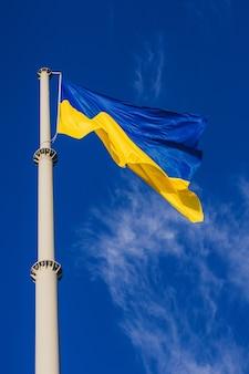 Развевается национальный желто-синий флаг украины