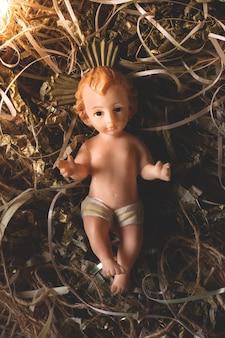 Вертеп. изолированная фигура младенца иисуса. традиционная рождественская сцена.