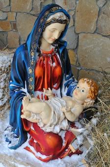 Вертеп рождения иисуса статуэтка марии с новорожденным иисусом на сене, покрытом снегом