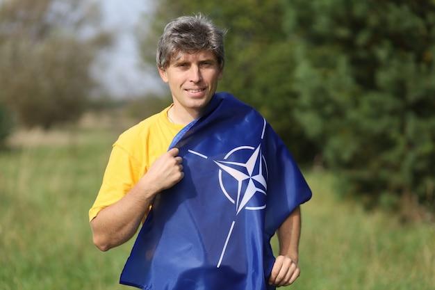 男の肩にnatoの旗