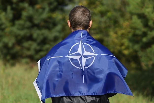 男性の肩にnatoの旗